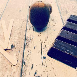 Schokoladige Kiwi am Stiel