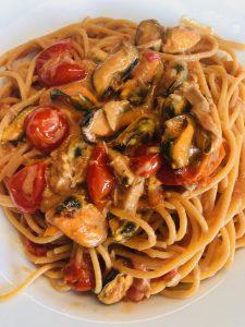 Spaghetti mit Thunfisch-Tomatensoße und frischen Muscheln